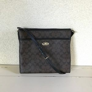 Coach Messenger Crossbody in Blocked Signature Can